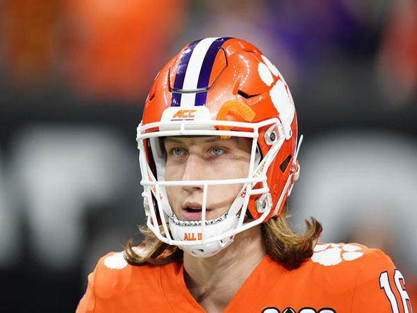 Clemson's Trevor Lawrence blows kiss to LSU fans after touchdown scamper