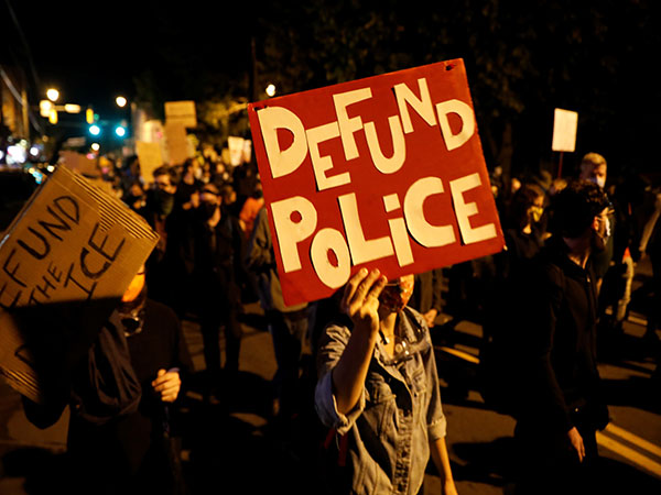 Democrats Must Ditch 'Defund Police' Agenda or Face Defeat in 2022 Mid-terms, Says Pollster