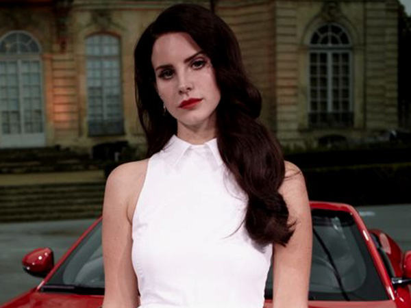 Lana Del Rey addresses mesh face mask controversy, says it 'had plastic on the inside'