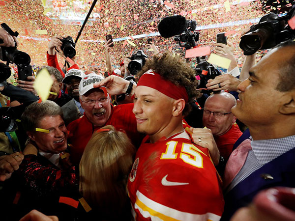 Patrick Mahomes, Chiefs get Super Bowl rings -- then QB proposes to longtime girlfriend