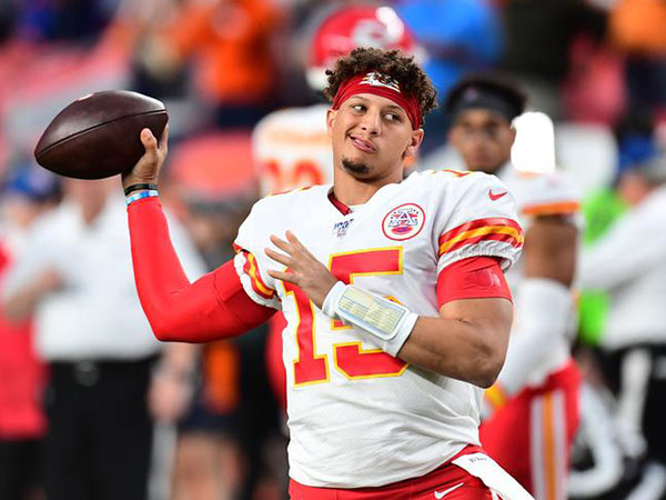 Patrick Mahomes appears to have kneecap popped back in place after injury in Chiefs-Broncos game