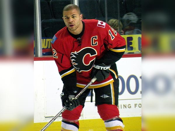 Flames legend Jarome Iginla plays role of beleaguered motorist during Boston TV segment