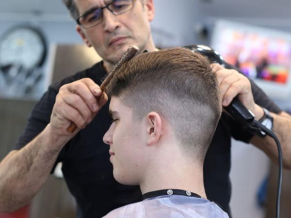 Barbers defy lockdown in US