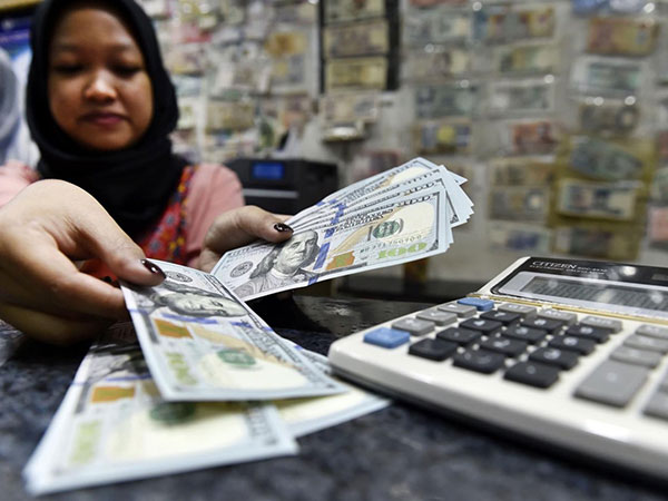 Rupiah remains under pressure following trade deficit report