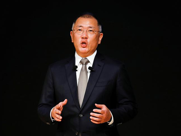 Hyundai heir apparent buys 8 bln won of stocks to boost prices