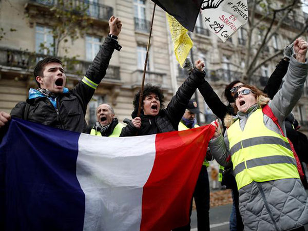 Police Use Tear Gas as Yellow Vests Protest in Paris Turns Violent