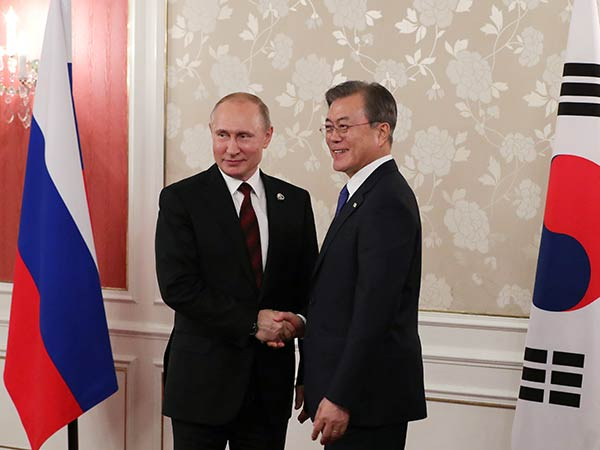 Moon, Putin hope to deepen cooperation on 30th anniv. of bilateral ties