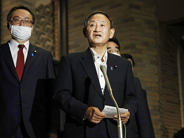 In talks with Suga, Moon expresses hope for 'optimum' resolution of wartime forced labor issue