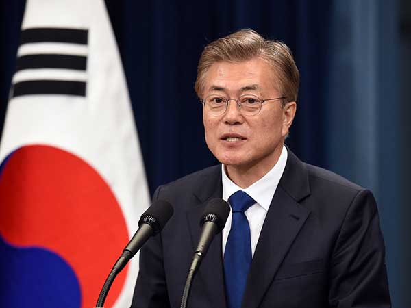 Moon's chief of staff, five senior aides offer to resign