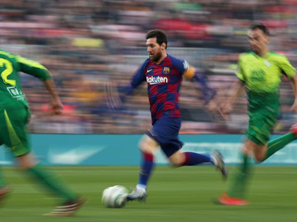 Messi scores four, Real Madrid lose, Barca go top