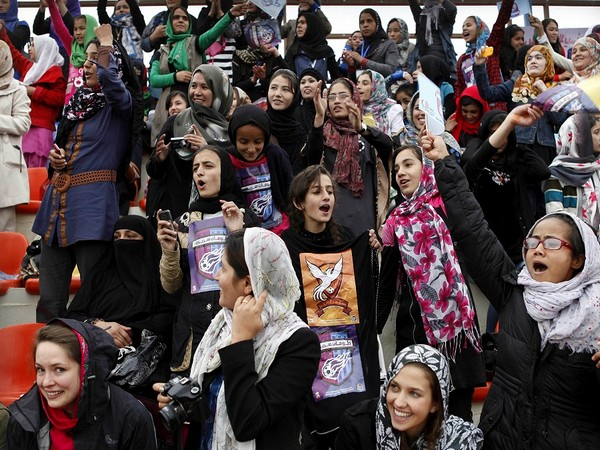 Afghanistan: Football fans call for peace amid Taliban offensive