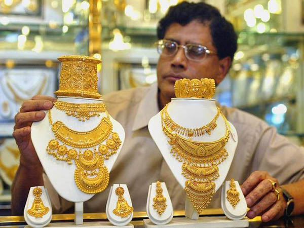 Gold hits weak patch as dollar regains strength