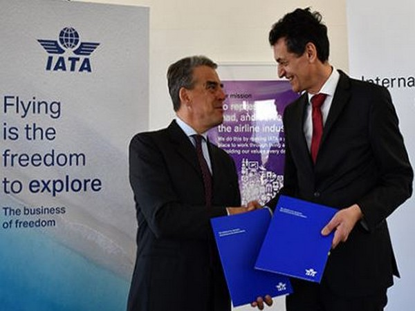 de Juniac (left) and Winklbauer after signing the MoU