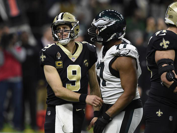 Eagles' Michael Bennett confronts cameraman on field after playoff loss to Saints