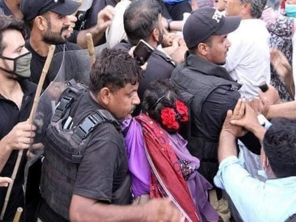 Pakistan Police manhandling protesters. Photo/ANI