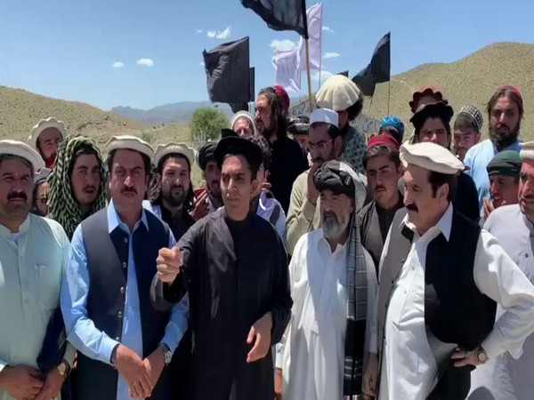 Pashtuns paid tributes to Kharqamar martyrs.