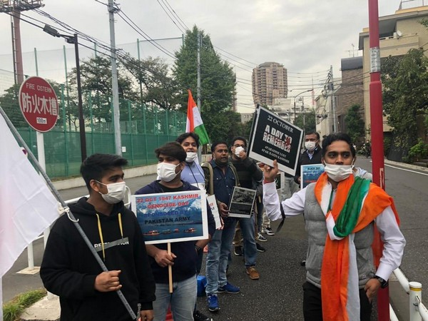 People protesting against Pakistan's invasion of Jammu and Kashmir on October 22, 1947, in front of the Pakistan Embassy in Tokyo on Thursday.