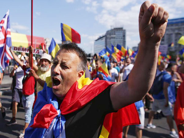Angry Romanians protest after being denied European vote