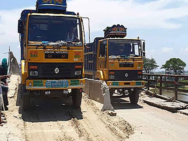 Heavy vehicles still using dilapidated Shahbazpur bridge, despite ban