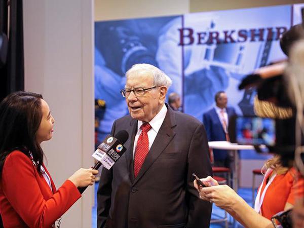 AOC, like Warren Buffett, slams CEOs of failing banks