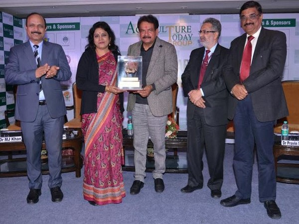 Dr N Vijaya Lakshmi receiving award from SP Singh Baghel, MP, Lok Sabha, Agra