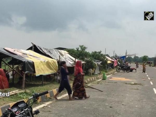 Bihar floods: Affected villagers take shelter on NH-27 in Muzaffarpur