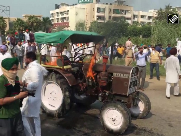 Farm bills: Youth Congress workers torch tractor during protest