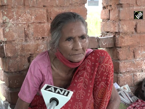 'Roti Wali Amma' in Agra struggling to fill her own stomach