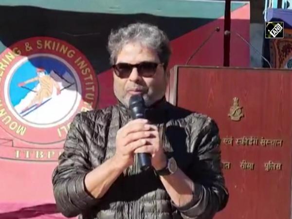 Watch: Bollywood singer Vishal Bhardwaj sings for ITBP jawans in Auli
