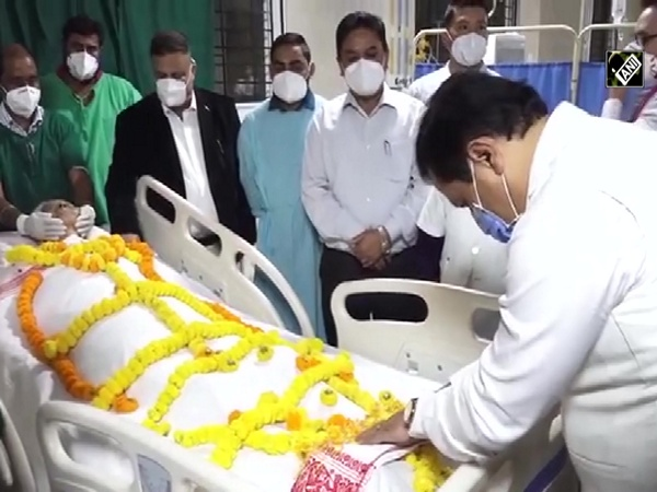 Assam CM Sonowal pays last respects to Tarun Gogoi in Guwahati