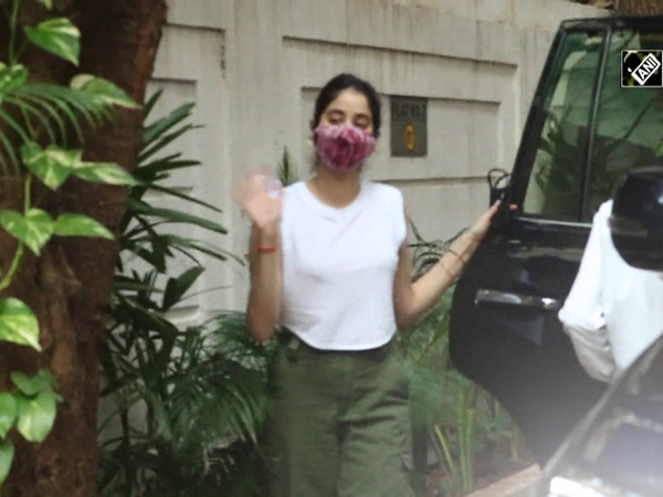 Janhvi Kapoor spotted along with dad in Mumbai