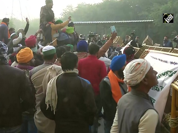 'Delhi Chalo' protest: Farmers try to remove barricades at Delhi-UP border