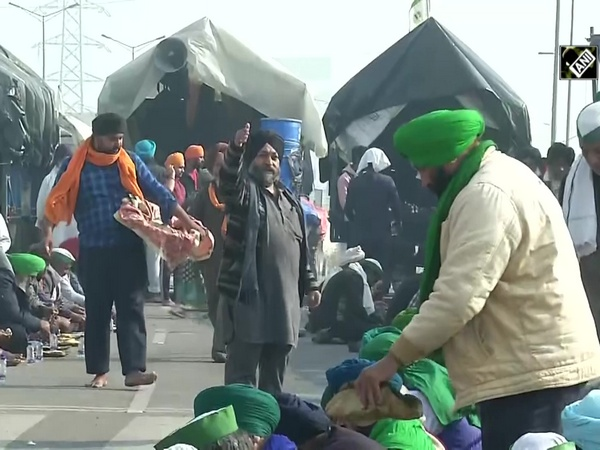 'Langar' served to protesting farmers at Ghazipur-Ghaziabad border