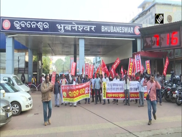 Bharat Bandh: Farmer unions, left political parties stop trains in Bhubaneswar