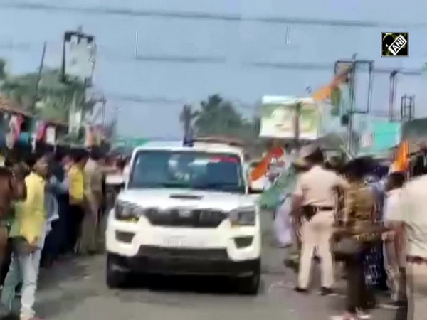 Watch: Stones pelted at Kailash Vijayvargiya's vehicle in West Bengal