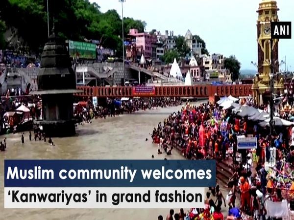 Muslim community welcomes 'Kanwariyas' in grand fashion
